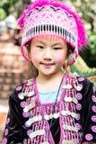 Ταϊλανδικό κορίτσι που θέτει φορώντας τα παραδοσιακά ενδύματα από το γηγενές peo στοκ εικόνα