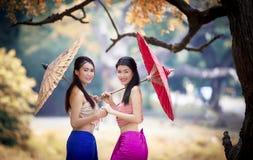 Ταϊλανδικό κορίτσι που ντύνει με το παραδοσιακό ύφος Στοκ φωτογραφία με δικαίωμα ελεύθερης χρήσης