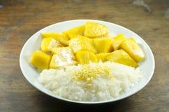Ταϊλανδικό κολλώδες ρύζι επιδορπίων με το μάγκο Στοκ Εικόνες