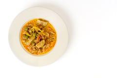 Ταϊλανδικό κόκκινο κάρρυ με το χοιρινό κρέας, το μούρο της Τουρκίας και την πράσινη μελιτζάνα Στοκ Φωτογραφίες