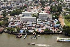 Ταϊλανδικό μέτωπο βαρκών του σχολείου και του ναού κοντά στον ποταμό στοκ φωτογραφία με δικαίωμα ελεύθερης χρήσης