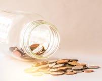 Ταϊλανδικό μπατ, μπουκάλι των νομισμάτων, χρήματα, ταϊλανδικό νόμισμα Ταϊλανδικά νομίσματα & x28 χρημάτων  bath& x29  σκάλα που τ Στοκ Εικόνες