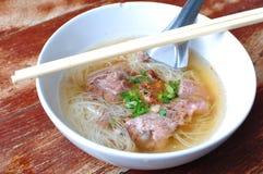 Ταϊλανδικό νουντλς με το χοιρινό κρέας Στοκ Φωτογραφία