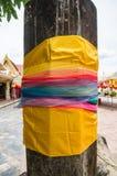 Ταϊλανδικό παραδοσιακό πολύχρωμο ύφασμα, κοινός που χρησιμοποιείται στο ιερό worshi Στοκ Εικόνα