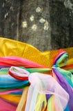 Ταϊλανδικό παραδοσιακό πολύχρωμο ύφασμα, κοινός που χρησιμοποιείται στο ιερό worshi Στοκ Φωτογραφίες