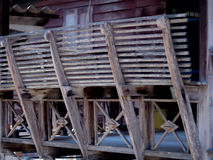 Ταϊλανδικό παλαιό ξύλο μπαλκονιών υπαίθριο Στοκ φωτογραφίες με δικαίωμα ελεύθερης χρήσης