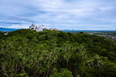 Ταϊλανδικό παλαιό παλάτι πάνω από το βουνό Στοκ Φωτογραφίες