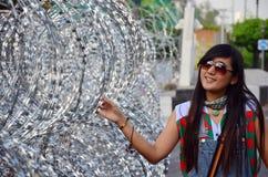 Ταϊλανδικό πορτρέτο γυναικών με οδοντωτό - καλώδιο για την υπεράσπιση Στοκ Φωτογραφίες