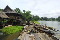 Ταϊλανδικό σπίτι και rowboat Στοκ εικόνα με δικαίωμα ελεύθερης χρήσης