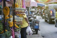 Ταϊλανδικό στεφάνι σε έναν σωλήνα στην ταϊλανδική τοπική ή παραδοσιακή αγορά, πλευρά της οδού, με τον πελάτη ενός ταϊλανδικού κατ στοκ εικόνα με δικαίωμα ελεύθερης χρήσης
