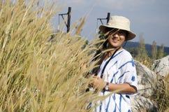 Ταϊλανδικό ταξίδι ανθρώπων γυναικών και τοποθέτηση με την πέτρα και Poaceae Στοκ Φωτογραφίες