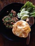 Ταϊλανδικό τηγανισμένο βασιλικός κοτόπουλο τροφίμων και τηγανισμένο αυγό Στοκ Εικόνες