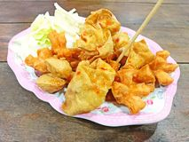 Ταϊλανδικό τηγανισμένο Wonton με τη σάλτσα Στοκ εικόνα με δικαίωμα ελεύθερης χρήσης