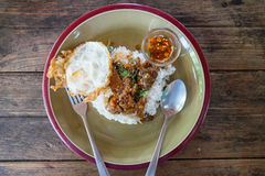 Ταϊλανδικό τοπικό γεύμα Βόειο κρέας με τη σάλτσα βασιλικού Στοκ εικόνες με δικαίωμα ελεύθερης χρήσης