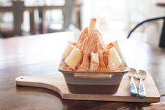 Ταϊλανδικό τσάι με το ψωμί που παγώνει στο ξύλινο πιάτο Στοκ Φωτογραφία