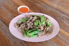 Ταϊλανδικό χοιρινό κρέας τροφίμων με το κινεζικό μπρόκολο με τη σάλτσα Στοκ εικόνα με δικαίωμα ελεύθερης χρήσης