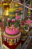 Ταϊλανδικό ύφος λουλουδιών στη ζωηρόχρωμη έννοια λατρείας των λαρνάκων Στοκ φωτογραφία με δικαίωμα ελεύθερης χρήσης