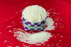 Ταϊλανδικό jasmine ρύζι στα πολλαπλάσια χρώματα καλαθιών Στοκ Εικόνες