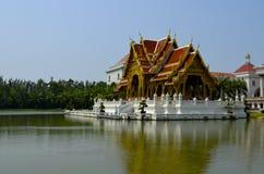 Ταϊλανδικό tample στο midl της λίμνης Στοκ εικόνα με δικαίωμα ελεύθερης χρήσης