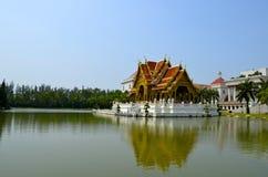 Ταϊλανδικό tample στο midl της λίμνης Στοκ Εικόνες