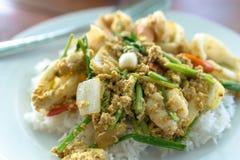 Ταϊλανδός ανακατώνει τα τηγανισμένα θαλασσινά κάρρυ Στοκ φωτογραφία με δικαίωμα ελεύθερης χρήσης
