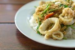 Ταϊλανδός ανακατώνει τα τηγανισμένα θαλασσινά κάρρυ Στοκ Φωτογραφίες