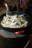 Ταϊλανδός ανακατώνει το καλαμάρι τηγανητών σε ένα Wok Στοκ Φωτογραφίες
