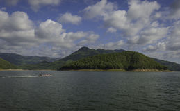 Ταϊλανδός μακρύς-η βάρκα στη λίμνη Στοκ Φωτογραφία