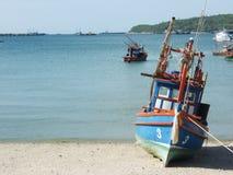 Ταϊλανδός που αλιεύει την ξύλινη βάρκα στην παραλία Στοκ Φωτογραφία