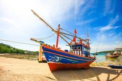 Ταϊλανδός που αλιεύει την ξύλινη βάρκα Στοκ Εικόνα