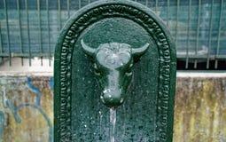 Ταύρος πηγών κατανάλωσης, αναδρομικό ορισμένο Toret - λίγος ταύρος - πηγή στο Τορίνο, Ιταλία στοκ φωτογραφίες με δικαίωμα ελεύθερης χρήσης