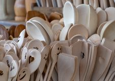 Τα άβαφα κουτάλια φιαγμένα από στερεό ξύλο είναι διαθέσιμα για την πώληση σε μια μεγάλη ομάδα στοκ εικόνες με δικαίωμα ελεύθερης χρήσης