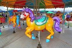 Τα άλογα σε ένα καρναβάλι εύθυμο πηγαίνουν γύρω από στην έκθεση ναών στοκ φωτογραφίες με δικαίωμα ελεύθερης χρήσης