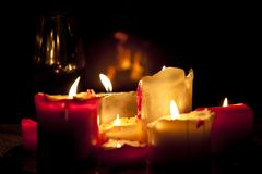 Τα άνετα φω'τα των κεριών από τα κεριά χρώματος θανάτου Στοκ φωτογραφίες με δικαίωμα ελεύθερης χρήσης