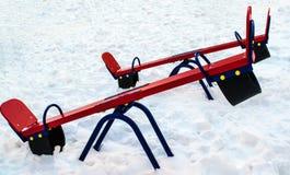 Ταλάντευση και χιόνι μωρών το χειμώνα Στοκ φωτογραφία με δικαίωμα ελεύθερης χρήσης