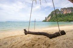 Ταλάντευση με την ευχάριστη και σκιερή ατμόσφαιρα στο νησί Phak Bia, περιοχή AO Luek, Krabi, Ταϊλάνδη Στοκ φωτογραφία με δικαίωμα ελεύθερης χρήσης