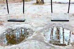 Ταλάντευση μωρών στο πάρκο το χειμώνα Στοκ φωτογραφία με δικαίωμα ελεύθερης χρήσης