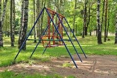 Ταλάντευση μωρών στο πράσινο πάρκο πόλεων σημύδων Στοκ Εικόνες