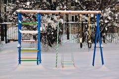 Ταλάντευση μωρών στο χιόνι το βαθύ χειμώνα Στοκ φωτογραφία με δικαίωμα ελεύθερης χρήσης