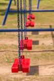 Ταλάντευση παιδικών χαρών σε ένα πάρκο Στοκ Εικόνες