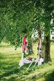 Ταλάντευση που διακοσμείται με τα λουλούδια για ρωμανικό ερωτευμένο το καλοκαίρι Στοκ Εικόνες