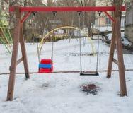 Ταλάντευση στην παιδική χαρά παιδιών ` s Στοκ Φωτογραφίες