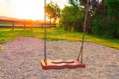 Ταλάντευση στην παιδική χαρά στοκ εικόνες με δικαίωμα ελεύθερης χρήσης