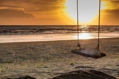 Ταλάντευση στο ηλιοβασίλεμα παραδείσου Στοκ Φωτογραφίες