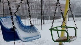Ταλάντευση στο χειμερινό πάρκο απόθεμα βίντεο