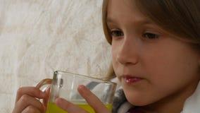 Τα άρρωστα φάρμακα κατανάλωσης προσώπου παιδιών, λυπημένο ανεπαρκές πορτρέτο κοριτσιών παίρνουν το φάρμακο, καναπές 4K απόθεμα βίντεο
