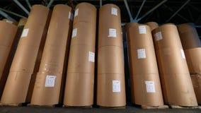 Τα άσπρα βαρέλια στην αποθήκη εμπορευμάτων εργοστασίων, άσπρα βαρέλια στέκονται σε μια σειρά στην αποθήκη εμπορευμάτων Μεγάλα άσπ φιλμ μικρού μήκους