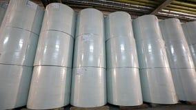 Τα άσπρα βαρέλια στην αποθήκη εμπορευμάτων εργοστασίων, άσπρα βαρέλια στέκονται σε μια σειρά στην αποθήκη εμπορευμάτων Μεγάλα άσπ απόθεμα βίντεο