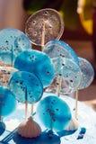 Τα άσπρα και μπλε γλυκά lollipops διακοσμούν ένα γλυκό κέικ για ένα αγόρι στα γενέθλιά του Καθιερώνον τη μόδα ντεκόρ για τα επιδό στοκ φωτογραφία με δικαίωμα ελεύθερης χρήσης