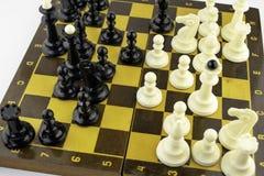 Τα άσπρα κομμάτια σκακιού στέκονται σε μια σκακιέρα κατά τη διάρκεια ενός παιχνιδιού του σκακιού, τοπ άποψη στοκ φωτογραφίες με δικαίωμα ελεύθερης χρήσης